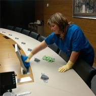 Limpieza de oficinas, mesas y vaciado de papeleras