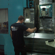 operario limpiando una maquina