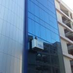 limpieza de fachada acristalada colgado
