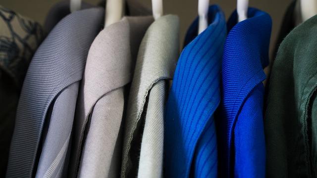 ropa organizada en armarios