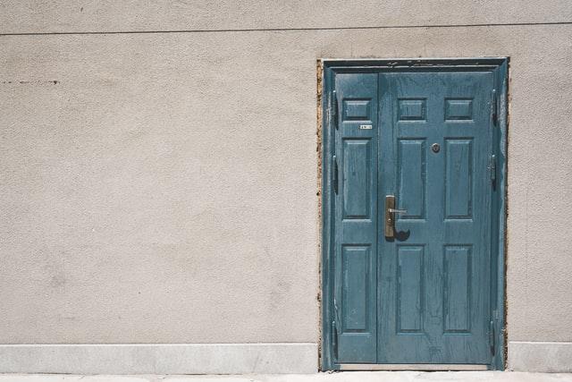puerta-madera-limpiezas-trucos-azul